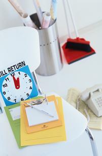 ビジネスツールと時計の写真素材 [FYI03237242]