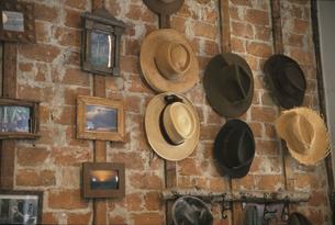 壁に掛けられた帽子とフレームの写真素材 [FYI03237263]