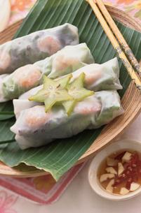 スターフルーツを添えたベトナム風生春巻きの写真素材 [FYI03237279]