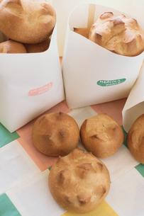 紙袋の中のパンの写真素材 [FYI03237457]