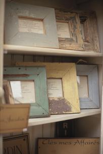 棚に並んだ古びたフォトフレームの写真素材 [FYI03237514]