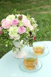 テーブルの上のブーケとお茶の写真素材 [FYI03237653]