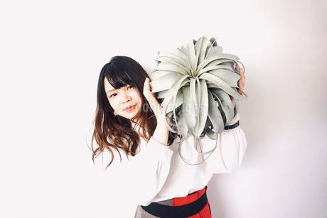植物と女性の写真素材 [FYI03237850]