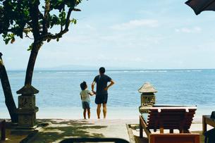 海辺に立つ親子の写真素材 [FYI03238185]