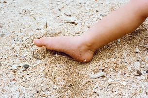 砂浜 子供の足元の写真素材 [FYI03238194]