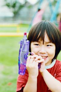 水鉄砲で遊ぶ男の子の写真素材 [FYI03238221]