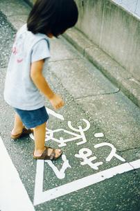 とまれの標識に立つ子供の写真素材 [FYI03238234]