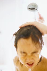 シャワーを浴びる男の子の写真素材 [FYI03238259]