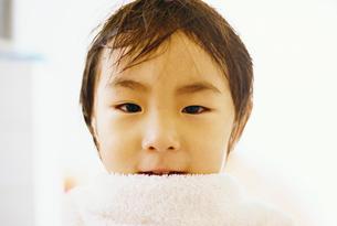 体を拭く男の子の写真素材 [FYI03238260]