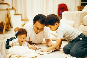 親子の団欒の写真素材 [FYI03238273]