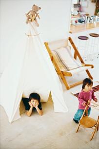 テントで遊ぶ子供たちの写真素材 [FYI03238275]