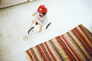 三輪車で遊ぶ男の子の写真素材 [FYI03238279]