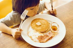 朝食を食べる男の子の写真素材 [FYI03238285]