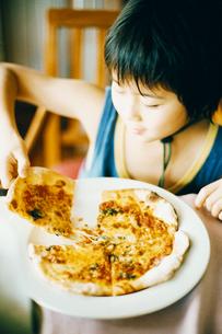 ピザを食べる男の子の写真素材 [FYI03238290]