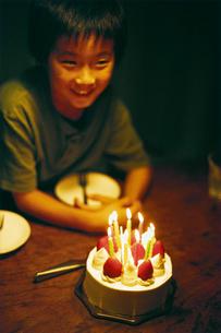 バースデーケーキと男の子の写真素材 [FYI03238300]