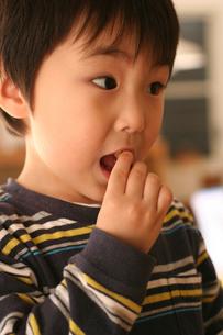 お菓子を食べる男の子の写真素材 [FYI03238334]