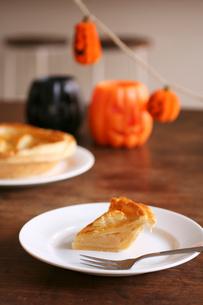 ハロウィンのかぼちゃとアップルパイの写真素材 [FYI03238376]