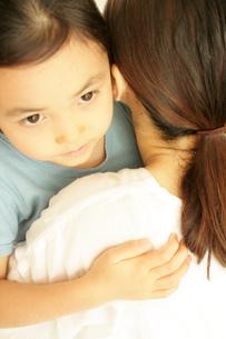 抱き合う母と子の写真素材 [FYI03238385]