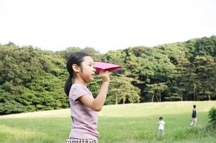 紙ひこうきで遊ぶ子供たちの写真素材 [FYI03238418]
