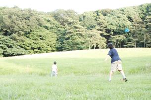 紙ひこうきで遊ぶ子供たちの写真素材 [FYI03238421]