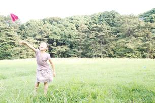 紙ひこうきで遊ぶ女の子の写真素材 [FYI03238423]