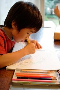 お絵かきをする男の子の写真素材 [FYI03238452]