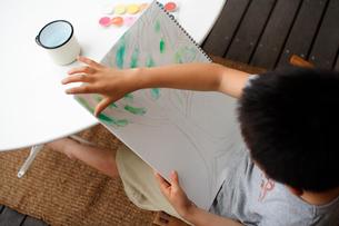 お絵かきをする男の子の写真素材 [FYI03238454]
