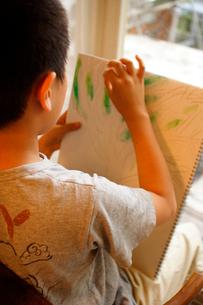 お絵かきをする男の子の写真素材 [FYI03238456]