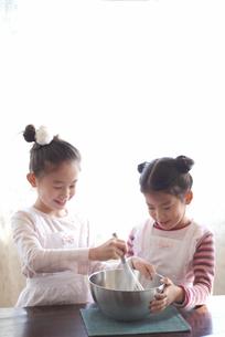 クッキー作りをする2人の女の子の写真素材 [FYI03238462]
