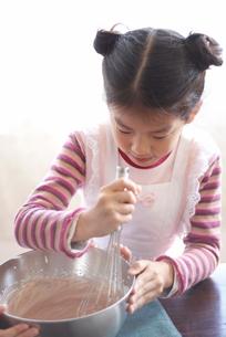 材料を混ぜる女の子の写真素材 [FYI03238478]
