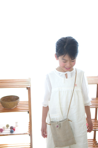 カバンを掛けた女の子の写真素材 [FYI03238503]