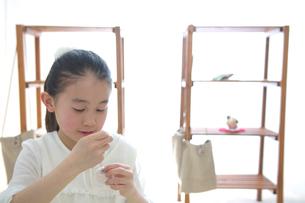 裁縫をする女の子の写真素材 [FYI03238517]