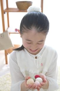 カラフルな綿を持つ女の子の写真素材 [FYI03238518]