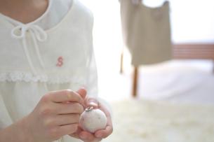 裁縫をする女の子の写真素材 [FYI03238520]