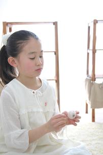 裁縫をする女の子の写真素材 [FYI03238522]
