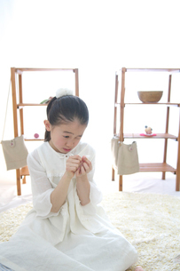 裁縫をする女の子の写真素材 [FYI03238523]
