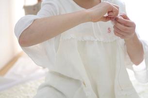 裁縫をする女の子の写真素材 [FYI03238524]
