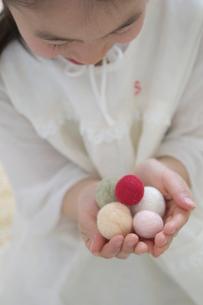 カラフルな綿を持つ女の子の写真素材 [FYI03238525]
