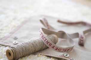 糸とランチョンマットと紐の写真素材 [FYI03238527]