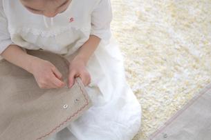 裁縫をする女の子の写真素材 [FYI03238530]