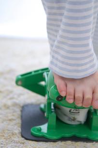 空き缶をつぶす女の子の足元の写真素材 [FYI03238556]