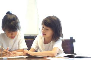 勉強をする2人の女の子の写真素材 [FYI03238566]