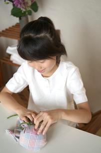 てるてる坊主を作る女の子の写真素材 [FYI03238574]