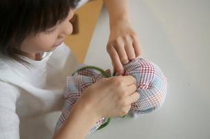 てるてる坊主を作る女の子の写真素材 [FYI03238578]