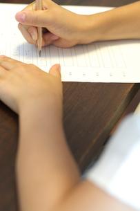 勉強をする女の子の手元の写真素材 [FYI03238579]