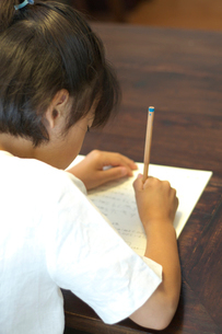 勉強をする女の子の写真素材 [FYI03238581]