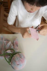 てるてる坊主を作る女の子の写真素材 [FYI03238582]