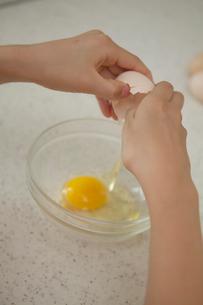 卵を割る女の子の手元の写真素材 [FYI03238585]