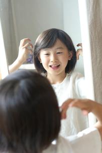 鏡を見る女の子の写真素材 [FYI03238586]