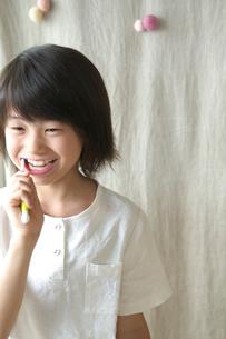 歯を磨く女の子の写真素材 [FYI03238590]